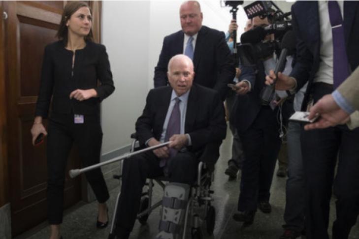 Сенатора Маккейна госпитализировали из-за осложнений отлечения рака