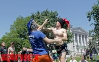 Как в Киеве болельщики ЕВРО-2012 слегка «побороли» друг друга (ФОТО)