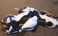 В Киеве произошло серьезное ДТП, пострадал байкер