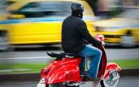 Пострадала женщина: Киевские подростки на скутере устроили гонки по тротуару