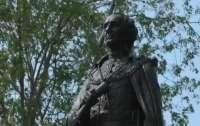 В Канаде стали охранять памятник первому премьеру страны