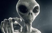 Уфологи на снимке 1980 года обнаружили гуманоида за рулем НЛО