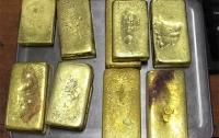 В отпуск с золотыми слитками: Женщину с золотом в кроссовках задержали на таможне