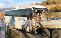 Автобус с военными врезался в грузовик в Турции: есть погибшие