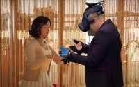 В Корее мужу устроили виртуальную встречу с умершей женой