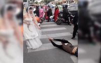 Невеста протащила прогулявшего свадьбу жениха по улице в цепях (видео)