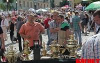 Посетители Андреевского спуска наслаждаются «шедеврами» в тесноте (ФОТО)