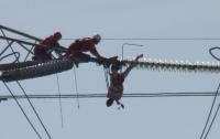 Британец едва не погиб, повиснув на проводах в 18 метрах над землей