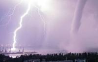 По Крыму ударил мощный смерч: появились кадры урагана и затопленных улиц