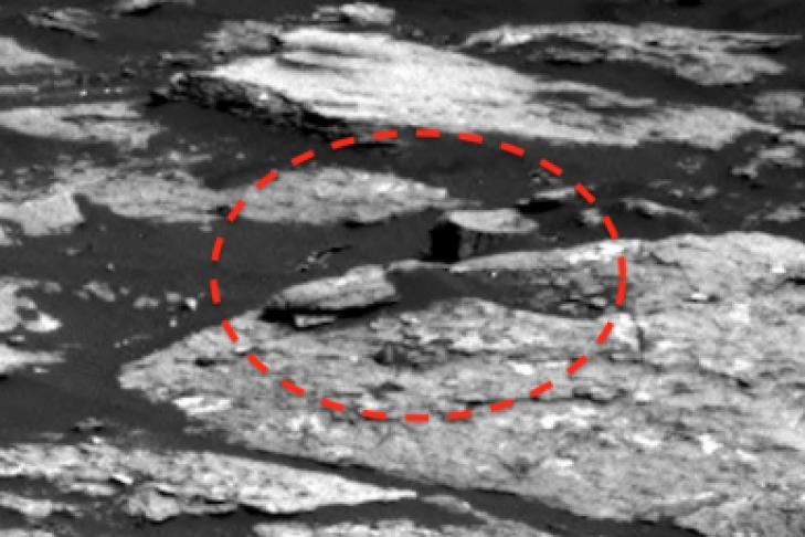 Профессионалы NASA случайно сфотографировали существо вскафандре исоружием наМарсе