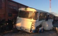 Под Одессой поезд столкнулся с пассажирским автобусом