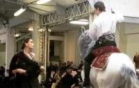 Во время показа мод на подиум выскочила лошадь