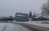 Житель РФ перевез свой дом на тракторе в другое место