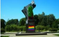 Для Тернополя активисты полностью «разрисовали» памятник Степане Бандере (ФОТО)