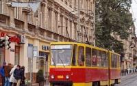 Львов: во время движения трамвая пассажиры могут выпасть на ходу (видео)