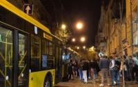 В центре Киева заблокировали троллейбус и устроили резню