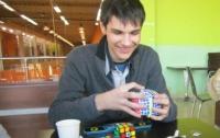 19-летний студент творит новогодние чудеса с кубиком Рубика (ВИДЕО)