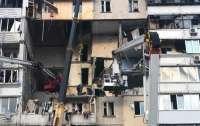 Зеленский вручил людям ключи от строящегося дома, где они жить пока не смогут