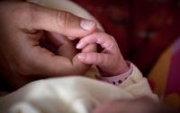 Мать завернула младенца в пакет и оставила умирать на обочине дороги