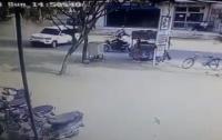 Жуткая авария в Индии: внедорожник столкнулся с мотоциклом (видео)
