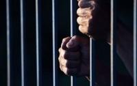 Работника Киевского СИЗО осудили за распространение наркотиков