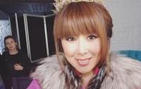Анита Цой из-за