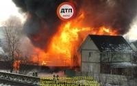 Огненный ад: в Киеве на Русановке начался масштабный пожар