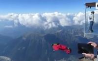 Экстремал в костюме-крыле прыгнул со скалы на глазах у туристов (видео)