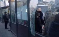 В Киеве вандалы разгромили новую остановку возле цирка