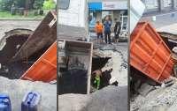 Под землю провалился грузовик с асфальтом (видео)
