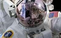 Космонавтам запретили обниматься и пожимать друг другу руки
