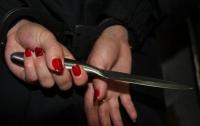 Девушка напала с ножом на двух парней