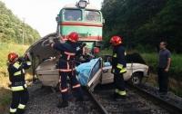 На Прикарпатье поезд раздавил легковушку: погибли дети и взрослые