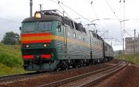 Пассажиры пытались завести поезд, толкая его (видео)