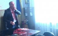 Мэра города Гнивань облили кровью, а депутата горсовета вывезли в лес и избили