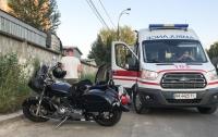 Жуткое ДТП в Киеве: таксист переехал байкера (видео)