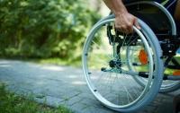 В Японии инвалида-колясника заставили забираться в самолет ползком