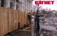 Вокруг Гостиного двора в землю вкопали новый высокий забор (ФОТО)