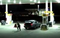 Связанная американка сбежала из багажника, когда похититель ушел за покупками (видео)