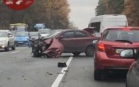 Серьезное ДТП в Киеве: столкнулись две легковушки и грузовик