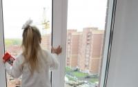 Выглядывала маму: под Киевом 6-летняя девочка выпала из 18-го этажа