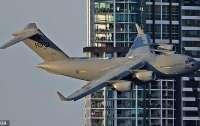 В Австралии самолет пролетел между небоскребами (видео)