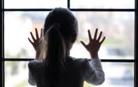 В Киеве пятилетняя девочка среди ночи сбежала от матери-алкоголички (видео)