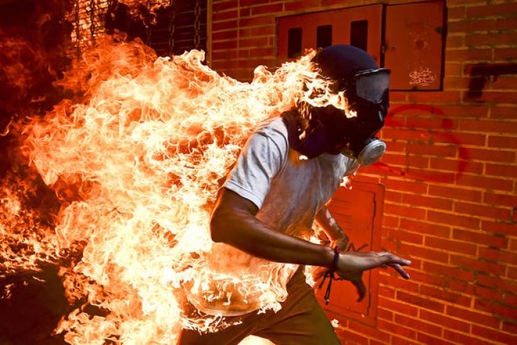 Автор снимка сгорящим венесуэльцем стал победителем World Press Photo