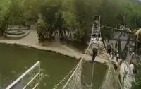 В Китае обрушился мост с туристами