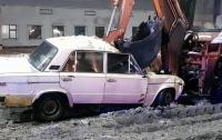 ДТП возле российского посольства в Киеве: ВАЗ залетел под трактор
