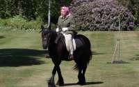 Елизавета II решила выйти на прогулку на лошади впервые с начала карантина
