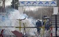 Греческая полиция пытается остановить навалу беженцев в ЕС