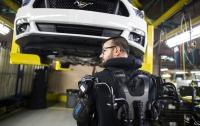 Ford реализовал глобальную программу по оснащению рабочих конвейера экзоскелетами