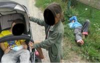 На Прикарпатье пьяная мать уснула на обочине во время прогулки с детьми